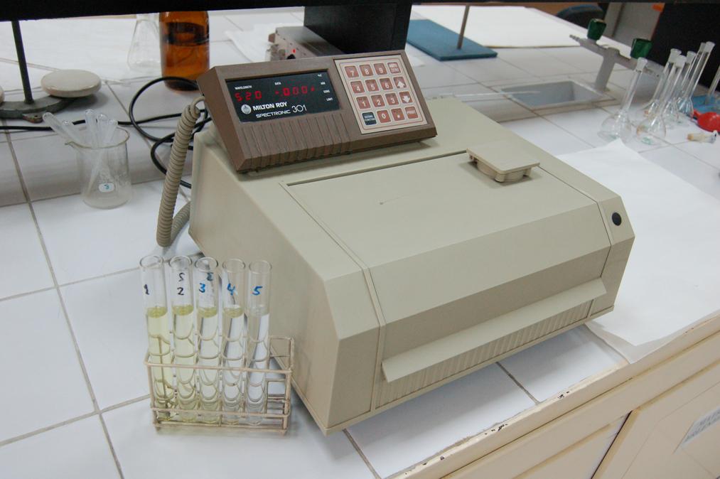 Espectrofotómetro visible para el análisis del efluente del reactor